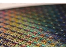 """硅芯片""""過載""""問題難解,誰能替代它來制造芯片?"""
