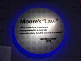 """芯片破壁者(六.上):摩尔定律的一次次""""惊险""""续命"""