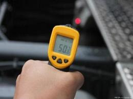 在温度变化及振动条件下,如何使用加速度计测量倾斜?