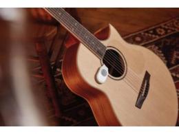 低功耗蓝牙传感器持续监控吉他内部温度和湿度水平以保养乐器