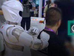 """好爽:我在上海被机器人""""马杀鸡""""了"""