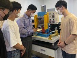 贴合   韩檀国大学开发出可折叠或曲面面板4边贴合的液压贴合技术