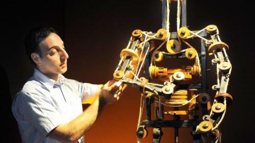 """因为""""达芬奇研究人体解剖结构,最终设计出了历史上第一个机器人"""".图片"""
