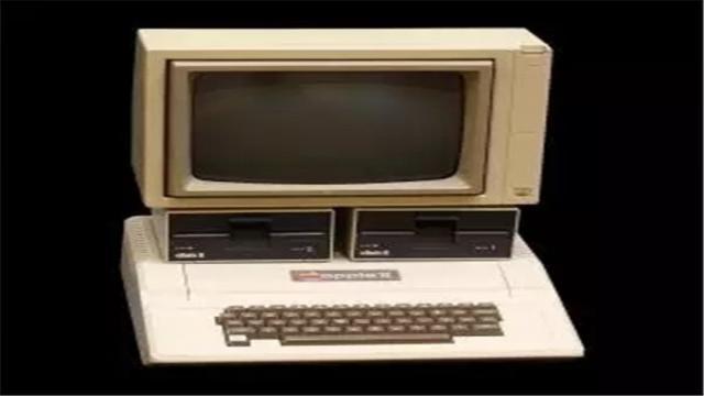 苹果早期的代表作Apple Ⅱ,也是世界第一款畅销的个人电脑。