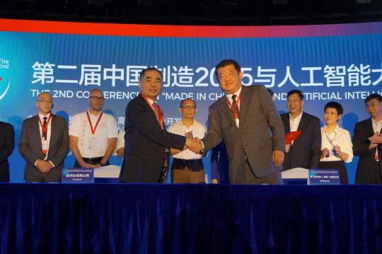 图为英飞凌科技(中国)有限公司大中华区总裁苏华博士(前排右)与金邦达董事会主席卢闰霆先生(前排左)在签约仪式上