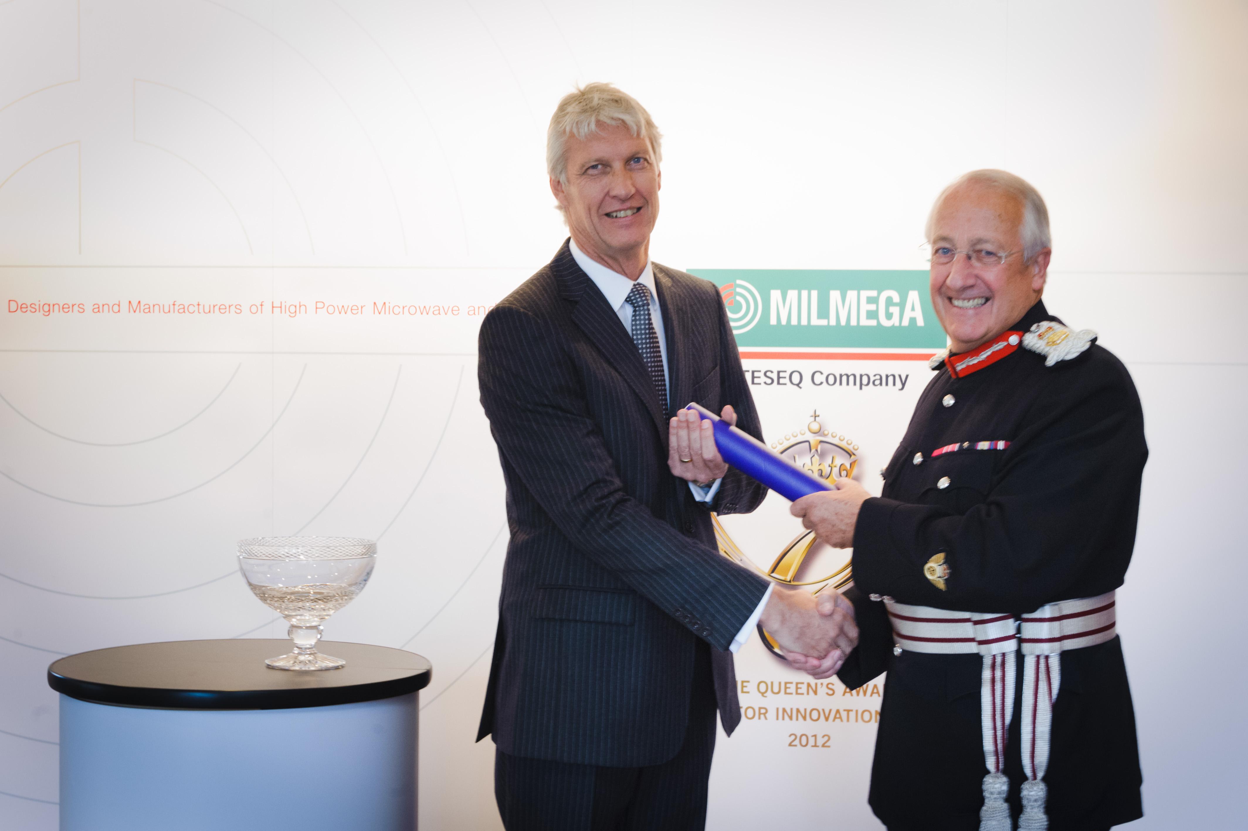 MILMEGA代表Graeme Goodall从Martin White少将手上接过女王奖