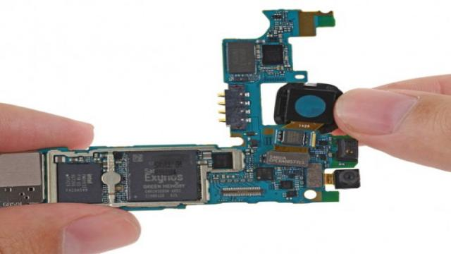 """三星抢在苹果之前发布了第一款金属边框旗舰手机Galaxy Alpha,目标当然是针对iPhone 6,。近日Galaxy Alpha在台湾公布售价,开价要新台币 20,900 元,价格不便宜。作为Galaxy S5与Galaxy Note4之间的过渡机型,Galaxy Alpha还肩负着与iPhone 6竞争的任务。知名拆解网站iFixit对Galaxy Alpha进行了完全拆解,我们来看看它内部到底如何构成,能不能作为""""iPhone killer""""。 这是三星第一款金属边框的Ga"""