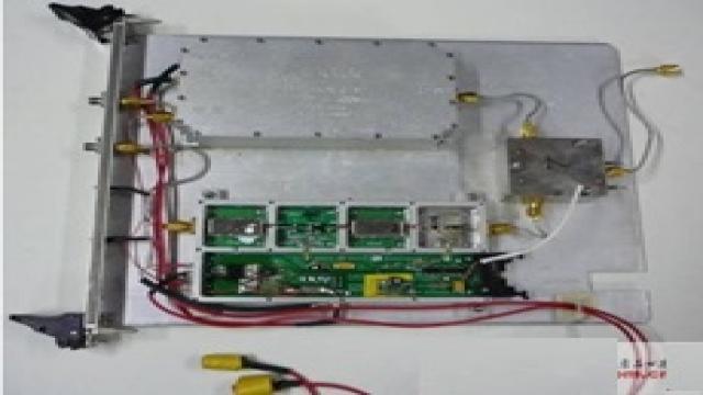 1引言 瞬态极化新体制雷达对于提高雷达系统在 复杂战场环境中的探测性能和感知能力以及在抗干扰、反隐身、反低空突防等方面具有极其重要的军事价值。其主要功能是探测雷达目标的极化散射特性,同时测得目标的极化散射矩阵的4个参数,避免了传统的分时极化测量体制固有的测量精度差、补偿校准复杂的缺陷,因而为准确测量运动目标的极化散射矩阵提供了技术保证。 2T/R组件介绍 T/R组件是瞬态极化雷达射频电路系统的重要组成部分,其主要完成发射功率放大、收发隔离和接收低噪声放大等功能。如图1所示,来自上变频组件的射频信号经过功率
