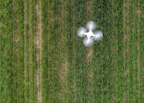 多旋翼无人机越来越受到欢迎,多用于中小型农田的精准农业
