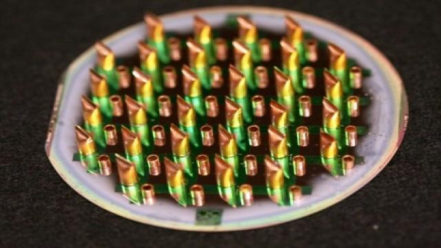 """研究团队下一步将集中精力对新方法进行改进,以增强二硫化钼在集成芯片中的一致性,并最终规模化生产实用电路。""""我们认为,可以做到将二硫化钼直接集成到硅基上,垂直构建出立体微芯片,取代传统平面结构的芯片。""""波普说,""""这种立体芯片和电路更适合用在三维节能建筑中。而且二硫化钼是一种透明、可弯曲材料,未来可将窗户变成电视,或将车顶挡风玻璃变成显示器。"""""""