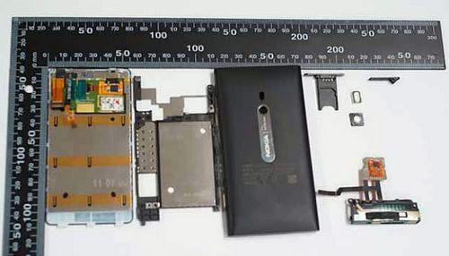 诺基亚首部WP7手机Lumia 800拆解图曝光